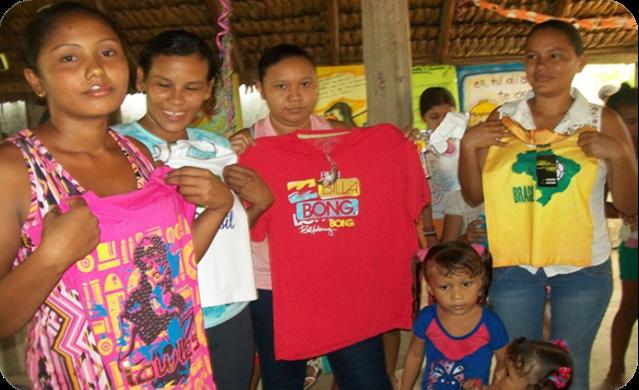 Madres posan con sus premios par participación en  Zarate, Magdalena